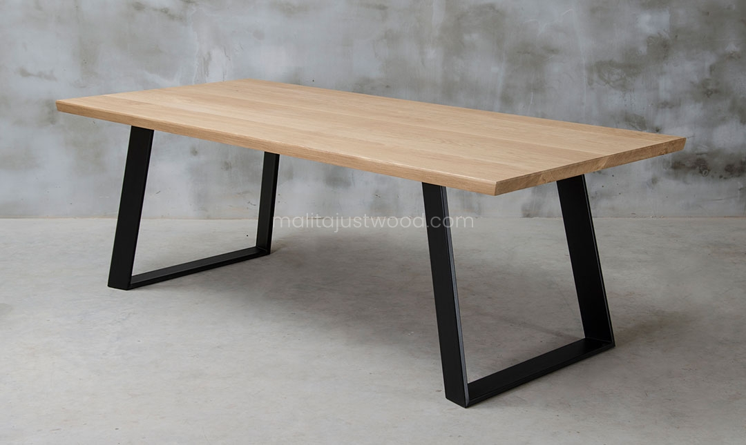 stół Clamo wykonany z litego drewna dębowego w stylu industrialnym