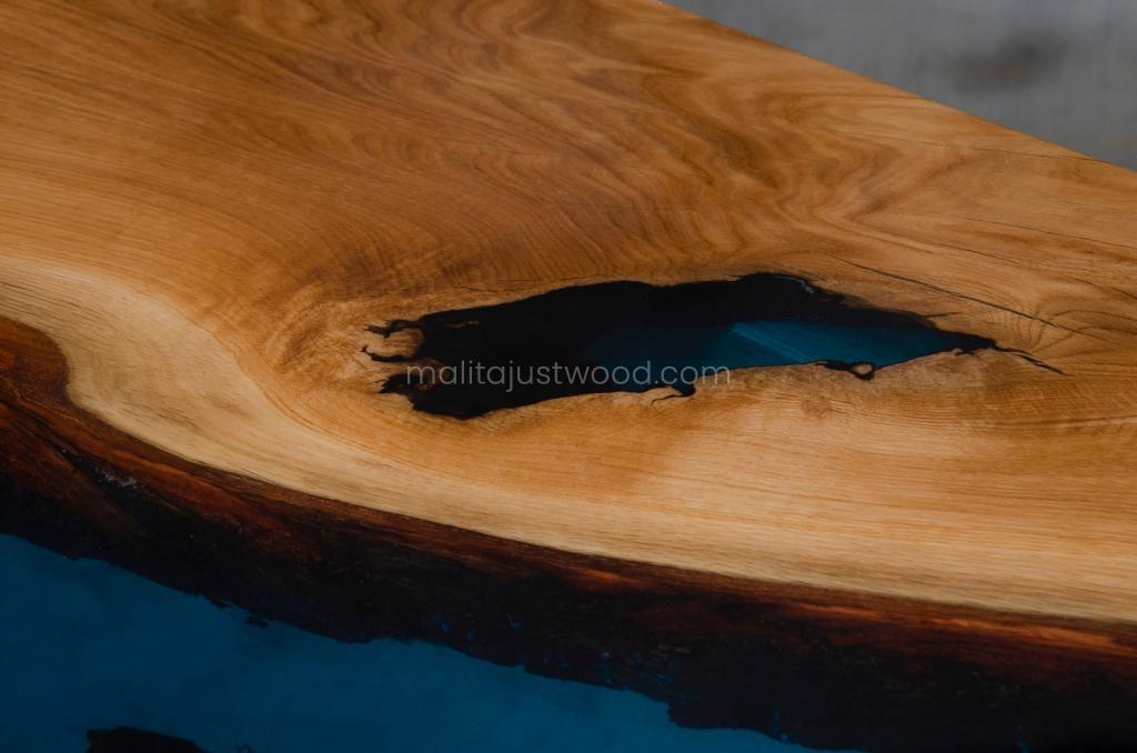 designerski stół Tantum z niebieską żywicą