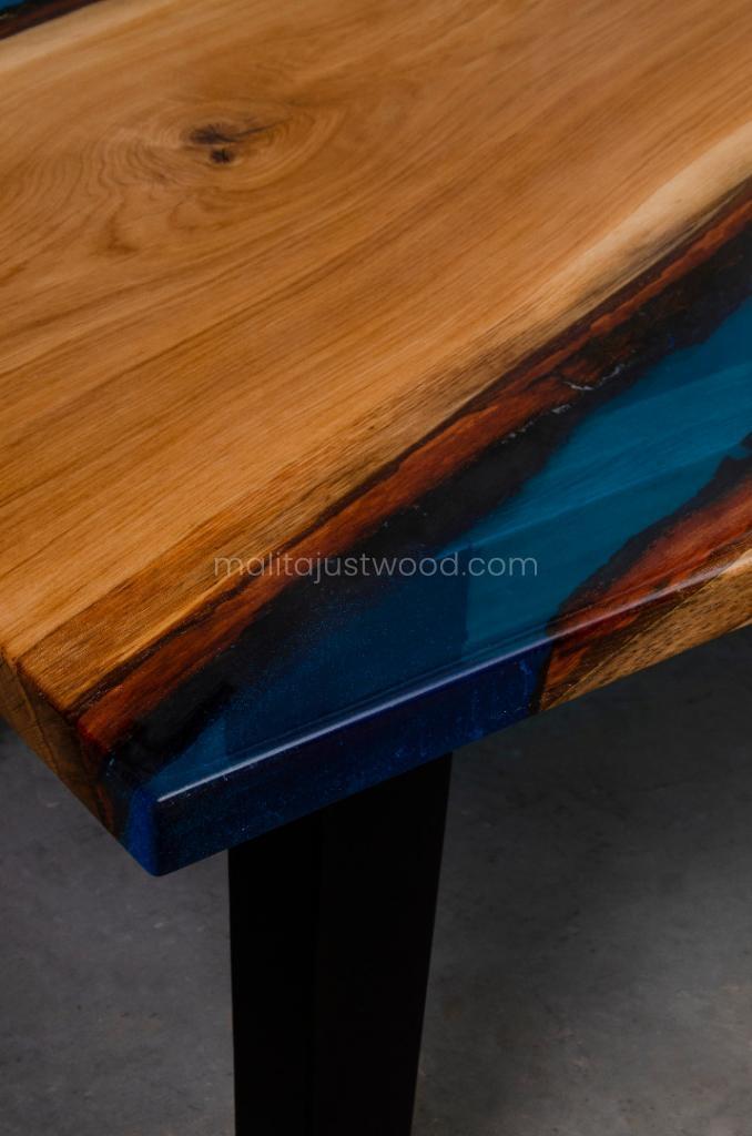 drewniany stół Tantum z żywicą epoksydową