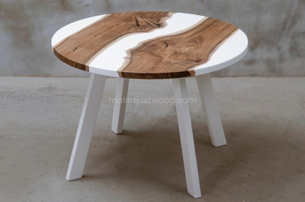 drewniany stół Alba ze zdobieniami z białej żywicy