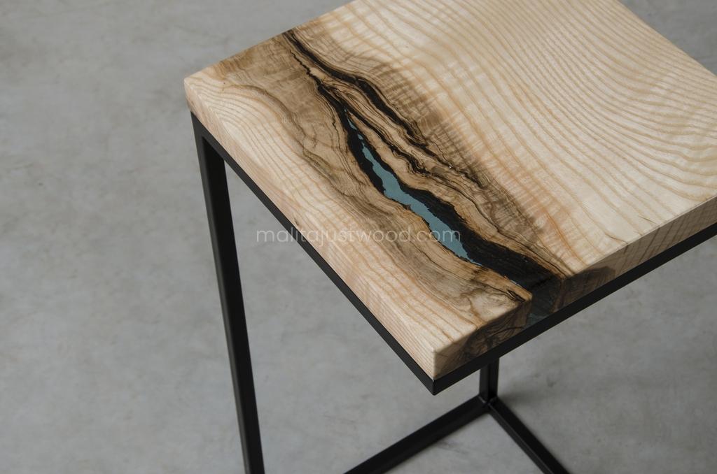drewniany pomocnik Amo z niebieską żywicą do salonu