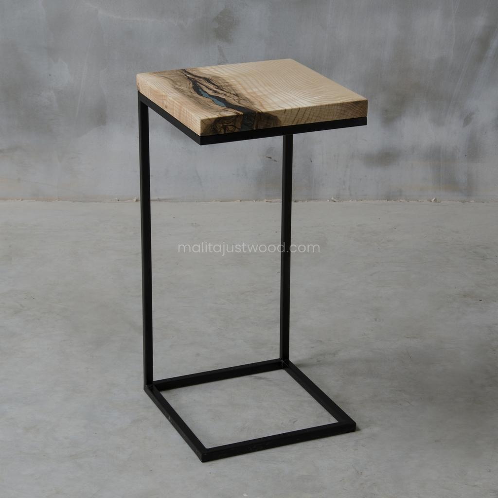 drewniany pomocnik Amo z żywicą i stalowymi nogami