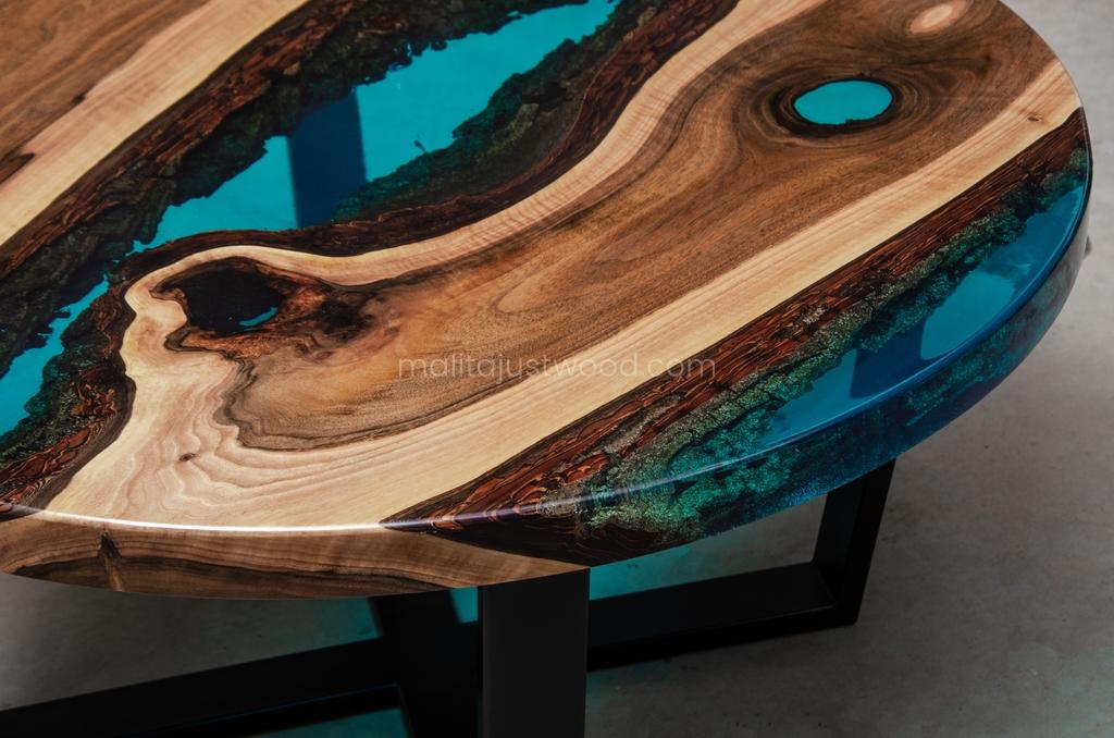 industrialny stolik kawowy Aqua z niebieską żywicą