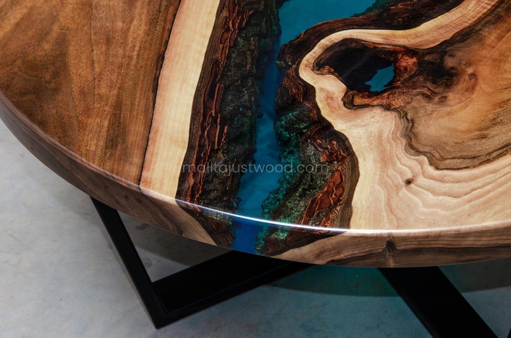 lakierowany stolik kawowy Aqua z żywicą