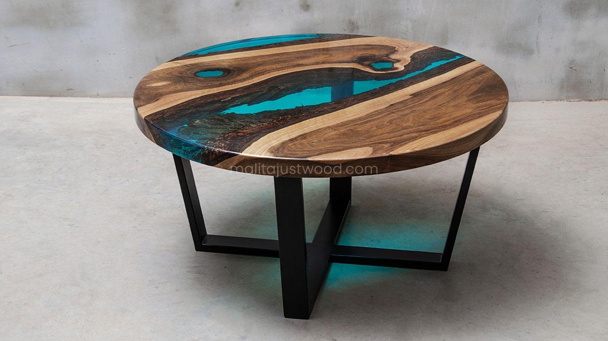 lazurowa żywica na stoliku kawowym Aqua