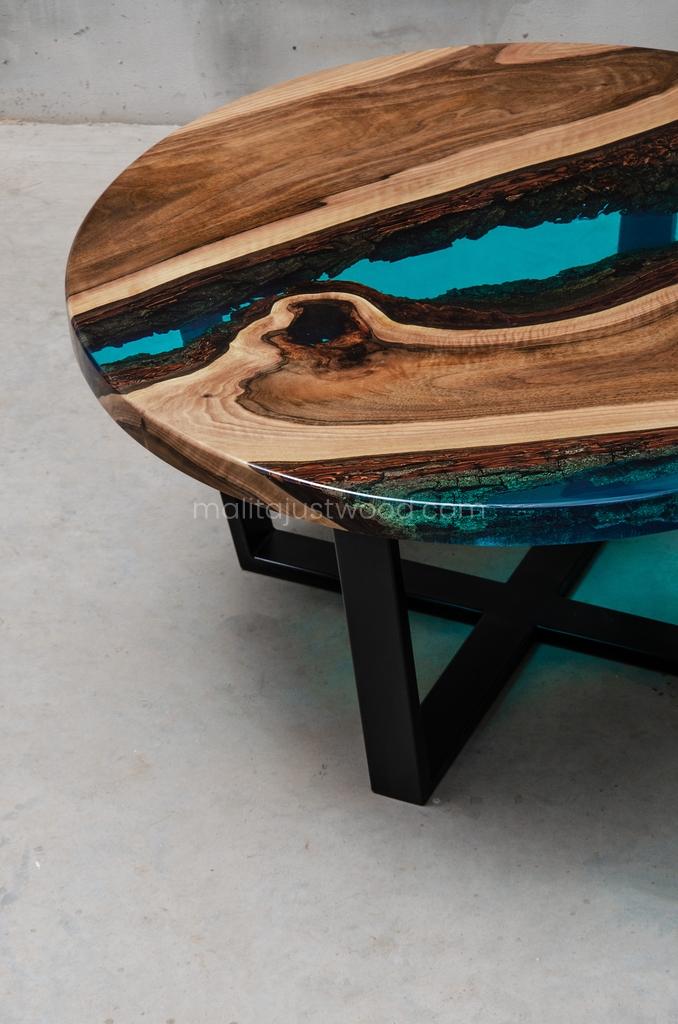 stolik kawowy Aqua z drewna i żywicy epoksydowej