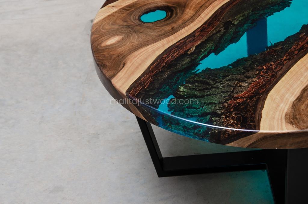 stolik kawowy Aqua z lazurową wstęgą żywicy