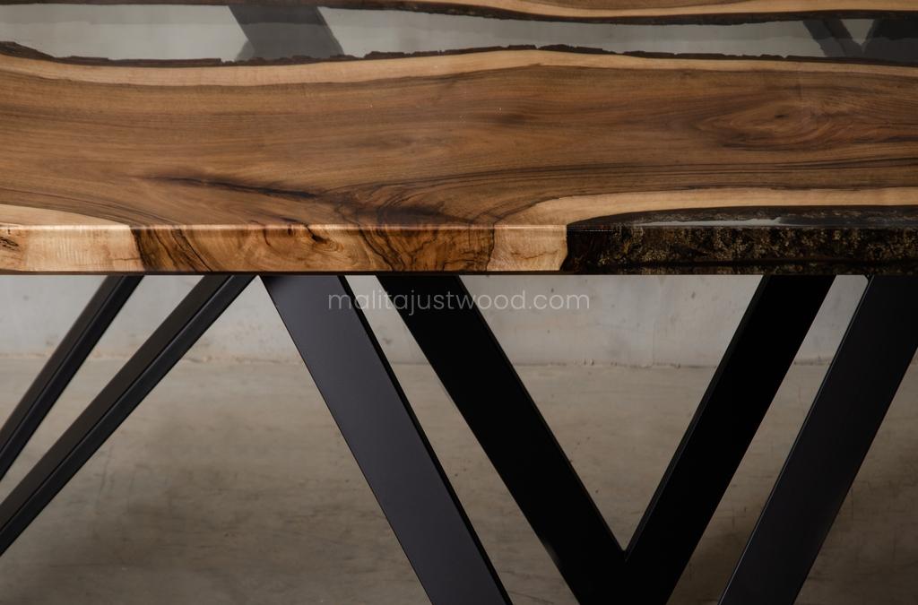 drewniany stół Carmen z krystalicznie transparentną żywicą