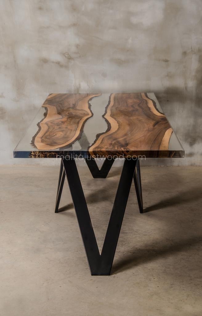 stół Carmen z orzecha europejskiego z żywicą epoksydową