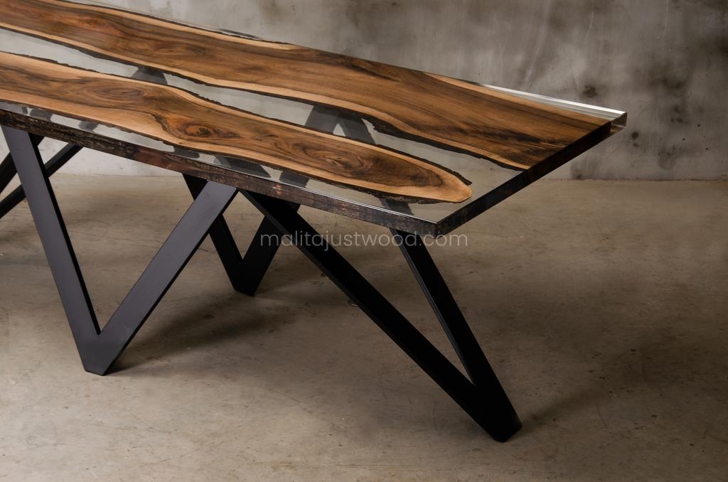 drewniany stół Carmen z żywicą