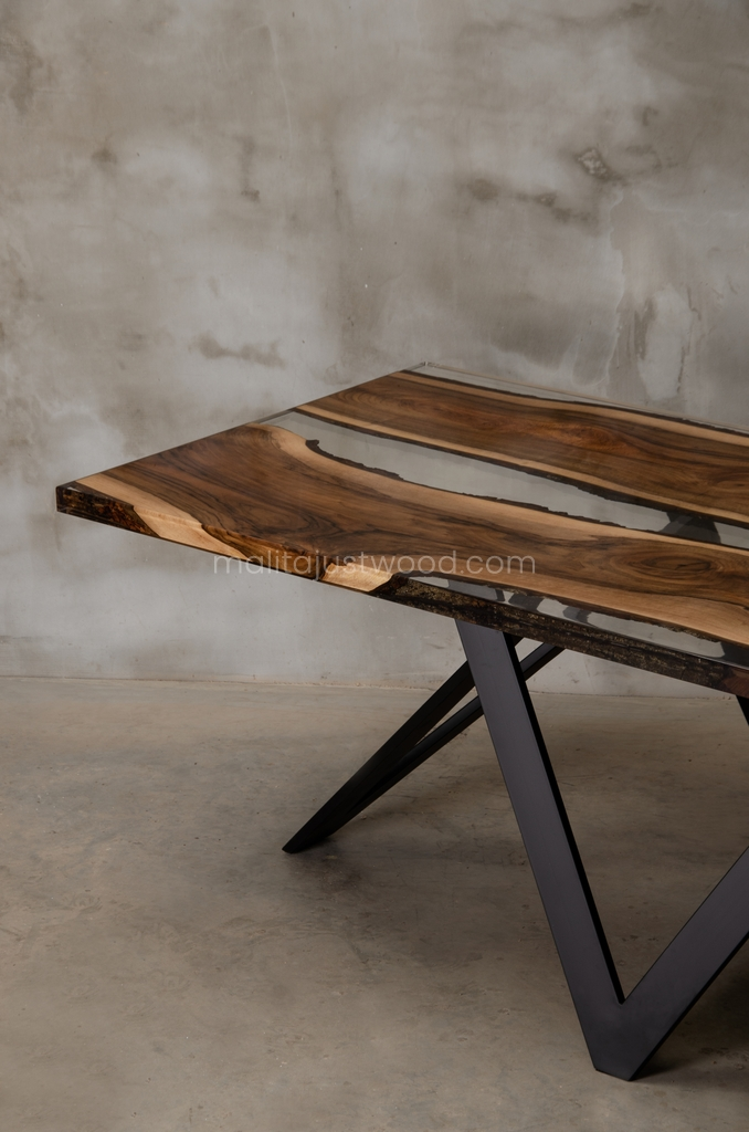 drewniany stół Carmen z bezbarwną żywicą