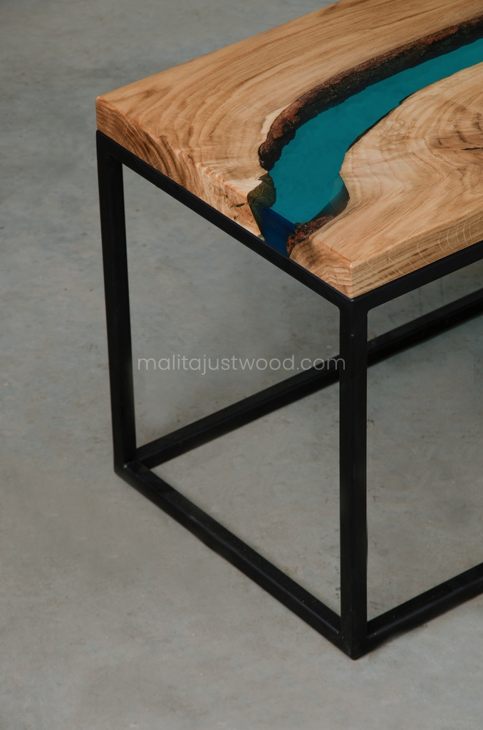 nowoczesny stolik Carus do salonu z drewna i żywicy