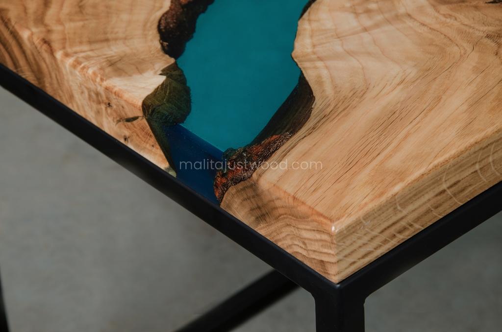drewniany stolik Carus z żywicą i stalowymi nogami