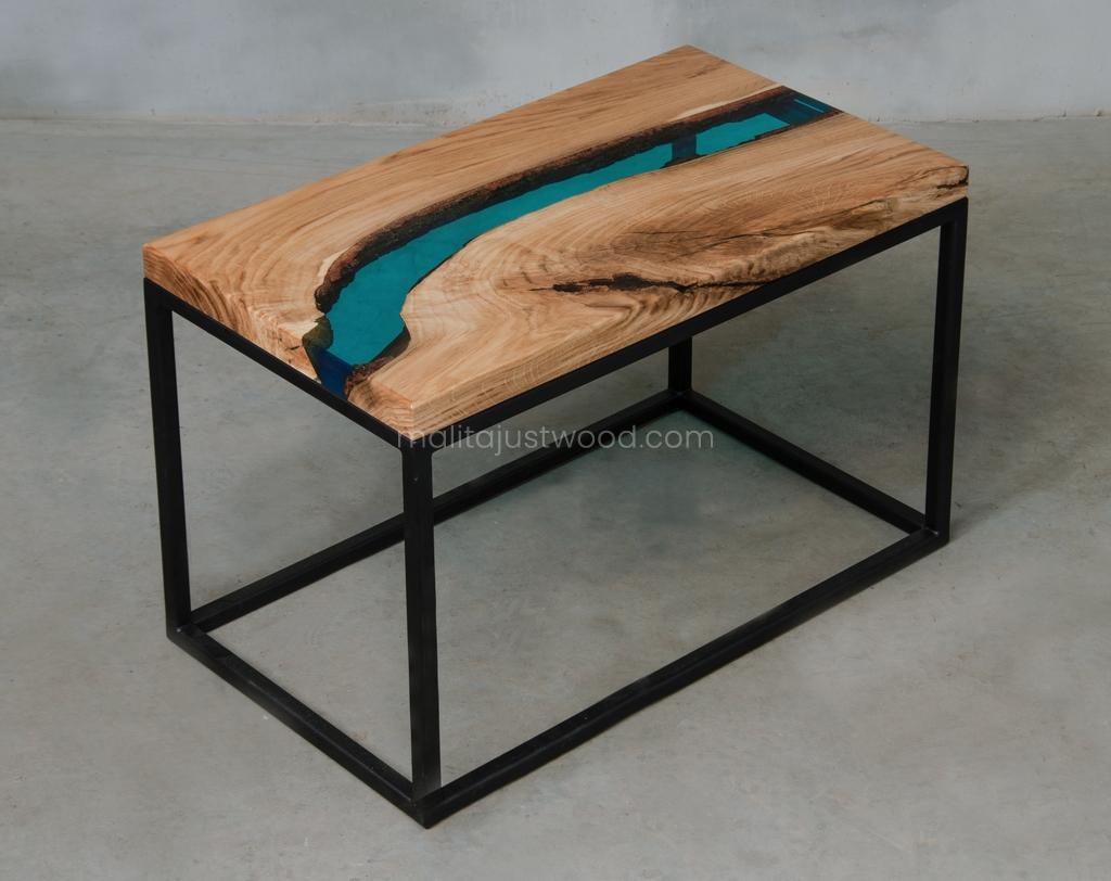 lazurowa żywica na drewnianym stoliku kawowym Carus