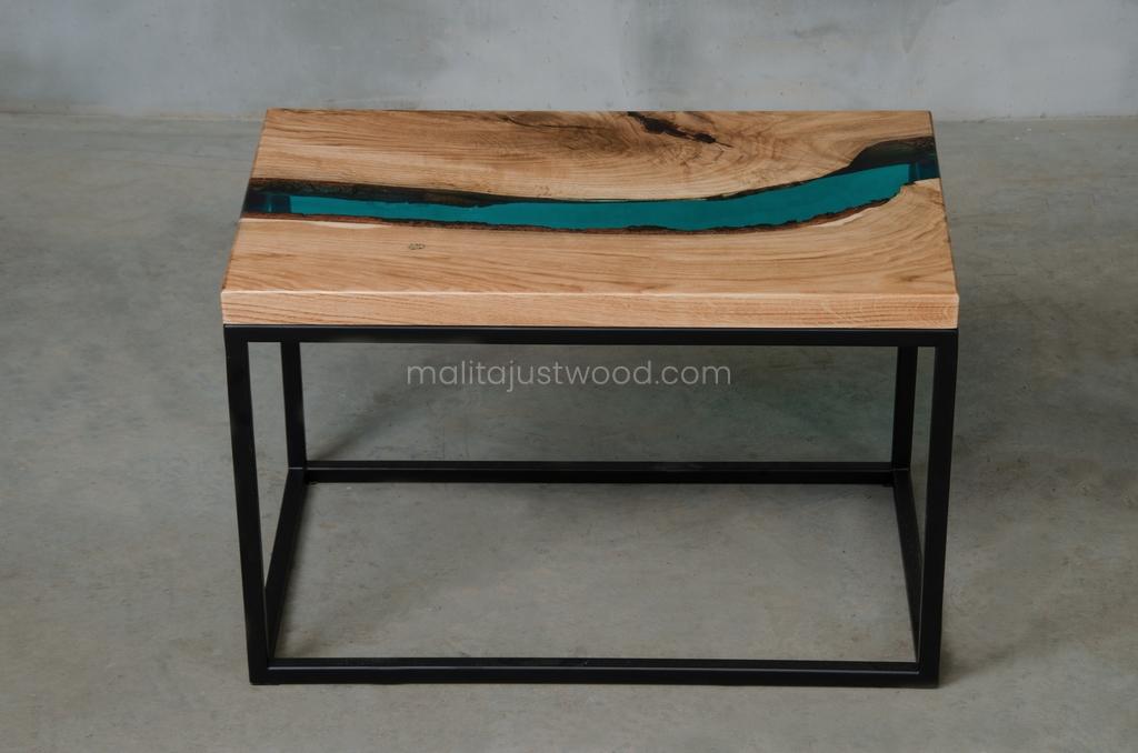 industrialny stolik Carus lazurowa żywica i drewno dębu