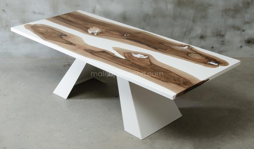 biała żywica na drewnianym stole Concordia