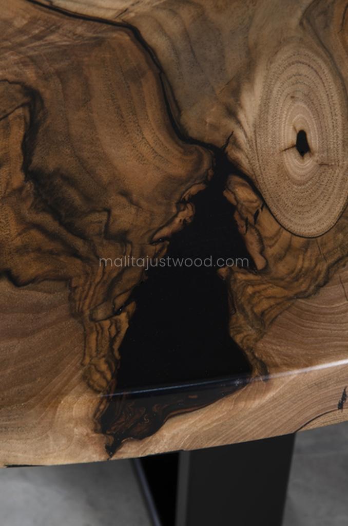 loftowy stolik Dignus z drewna orzecha i żywicy