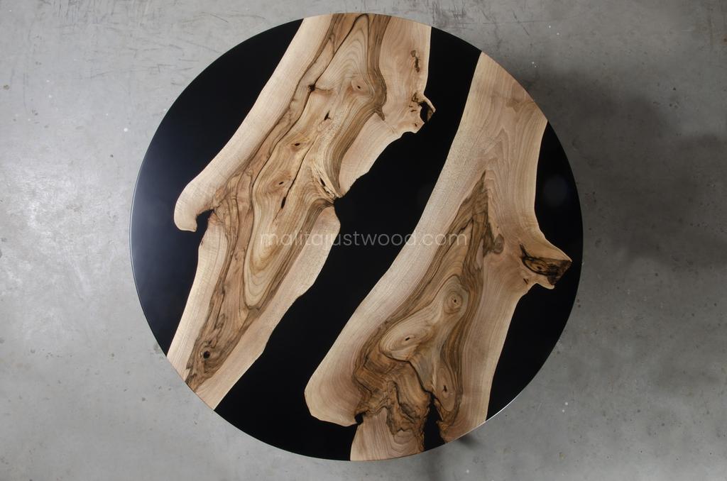 drewniany stolik Dignus z żywicą i stalowymi nogami