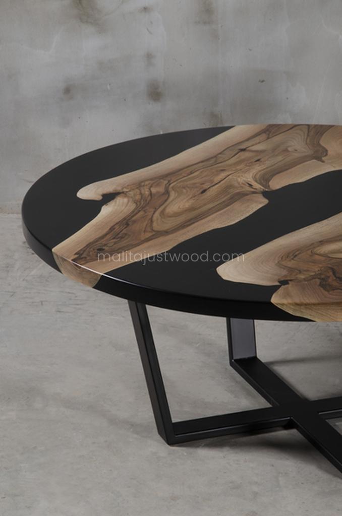 lakierowany stolik Dignus ze zdobieniami z żywicy