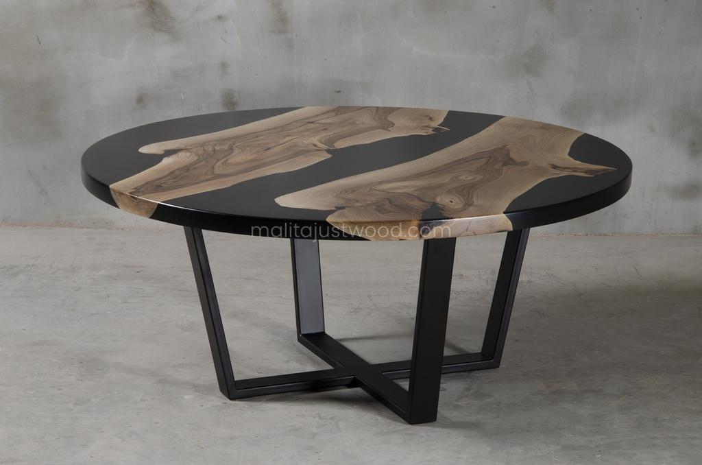 lakierowany stolik Dignus z drewna orzecha i żywicy