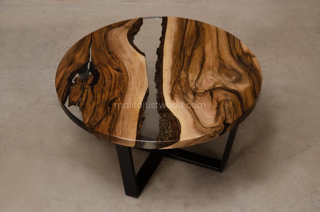 stolik kawowy Egregius z drewna i żywicy