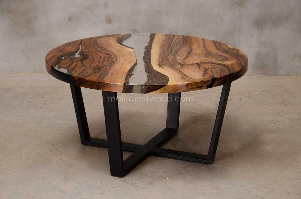 lakierowany stolik kawowy Egregius z transparentną żywicą