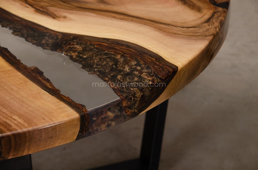 stylowy stolik kawowy Egregius z transparentną żywicą