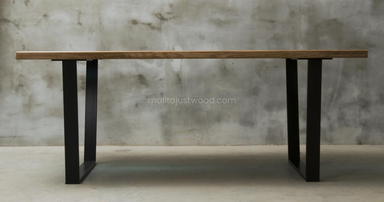 stół Flumine z niebieską żywicą epoksydową