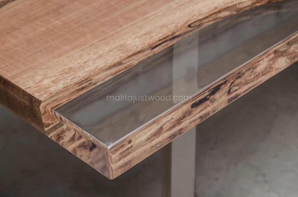 stół Ingenium z krystalicznie transparentną żywicą