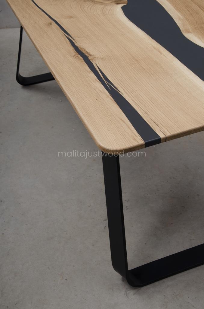 dębowy stół Libenter z żywicą do salonu
