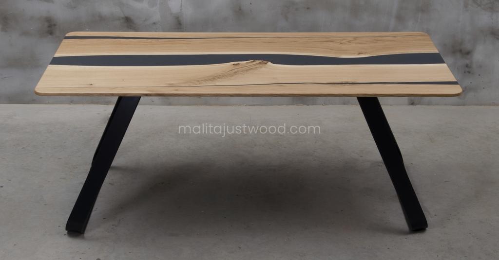 lakierowany drewniany stół Libenter z czarną żywicą