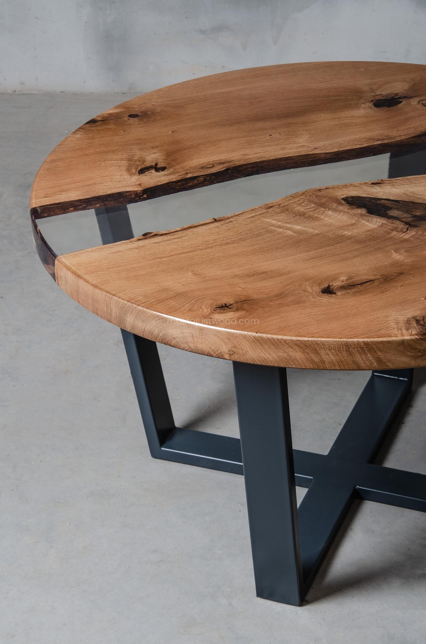 lakierowany dębowy stolik kawowy Puella z bezbarwną żywicą