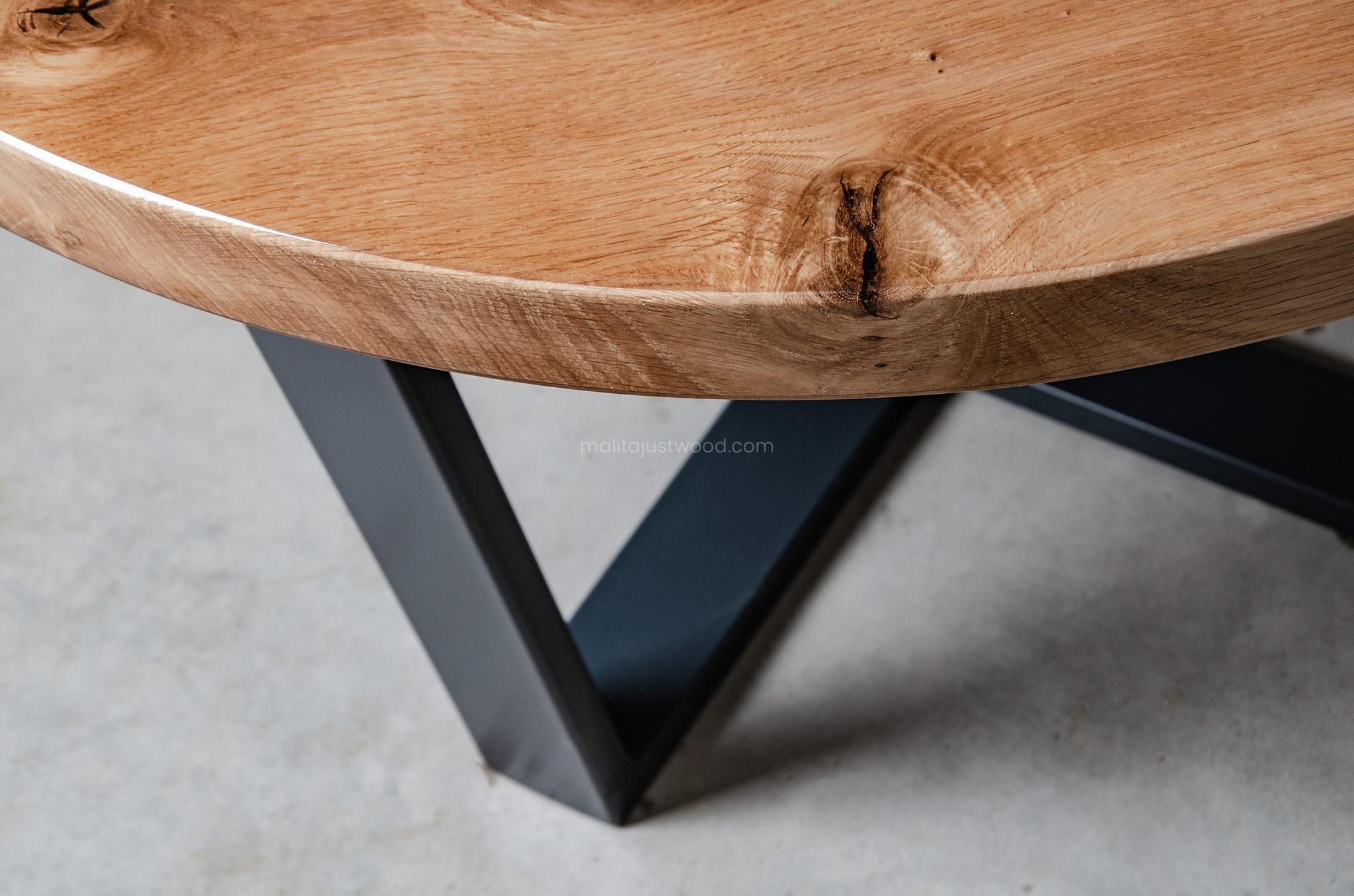 lakierowany stolik kawowy Puella z dębowego drewna z żywicą