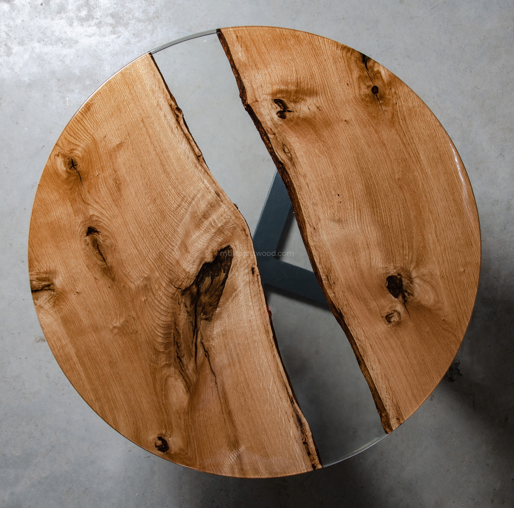 stolik kawowy Puella z dębowego drewna z żywicą