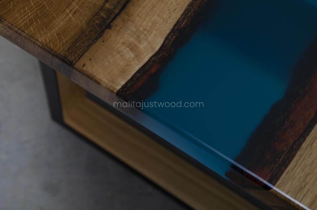 Stół Venezia z korą i niebieską żywicą epoksydową