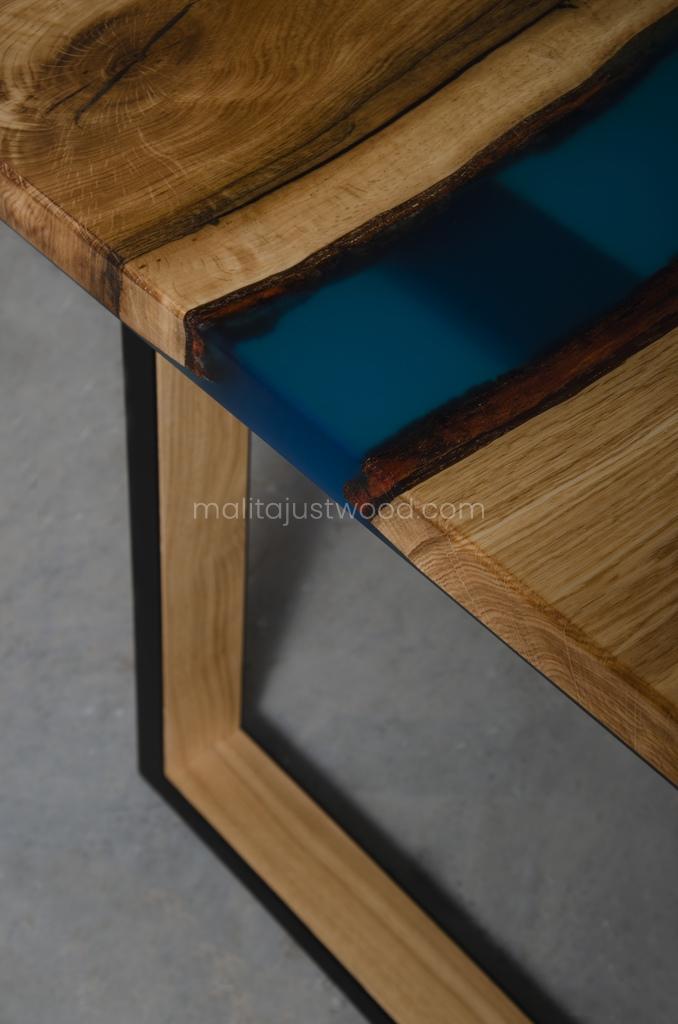 Lity drewniany stół Venezia z błękitną żywicą