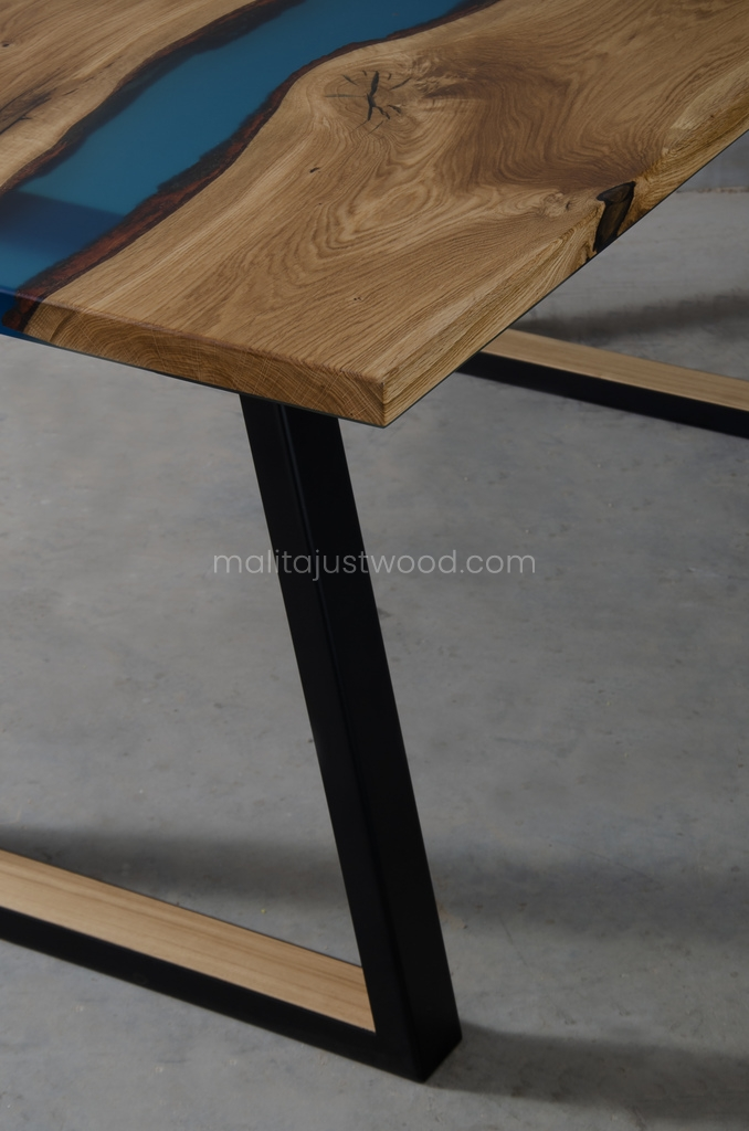 Drewniany stół Venezia z nogami trapezowymi
