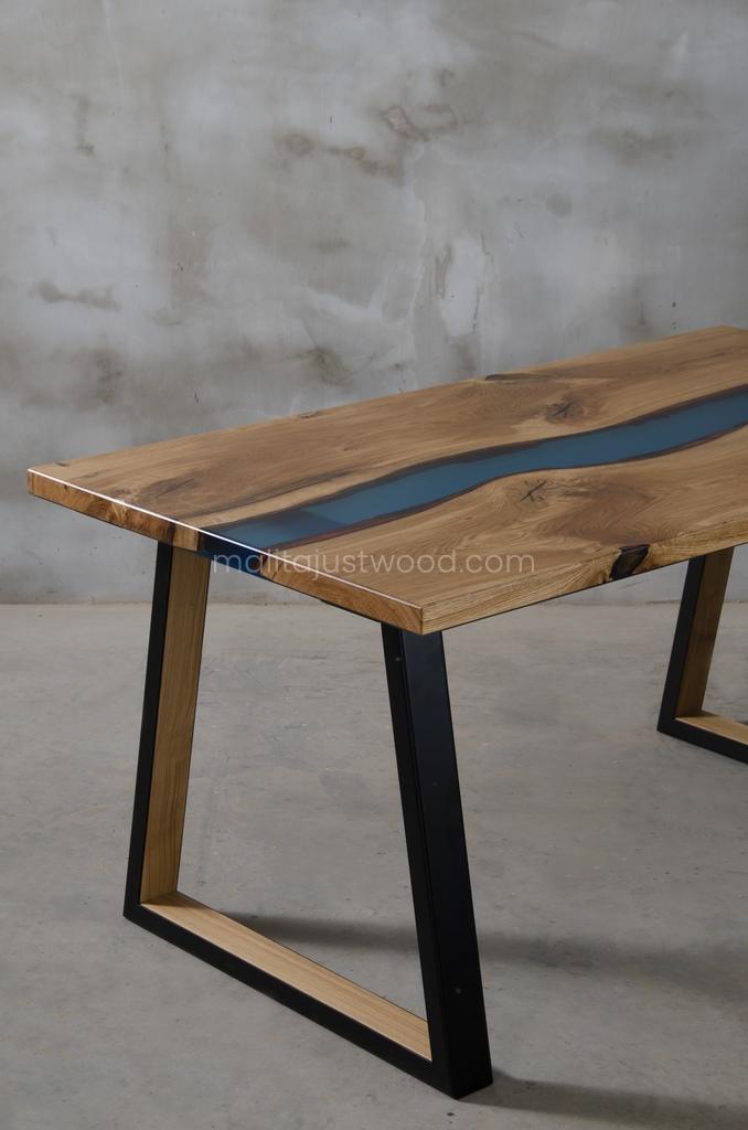 Elegancki niewielki stół Venezia z żywicą