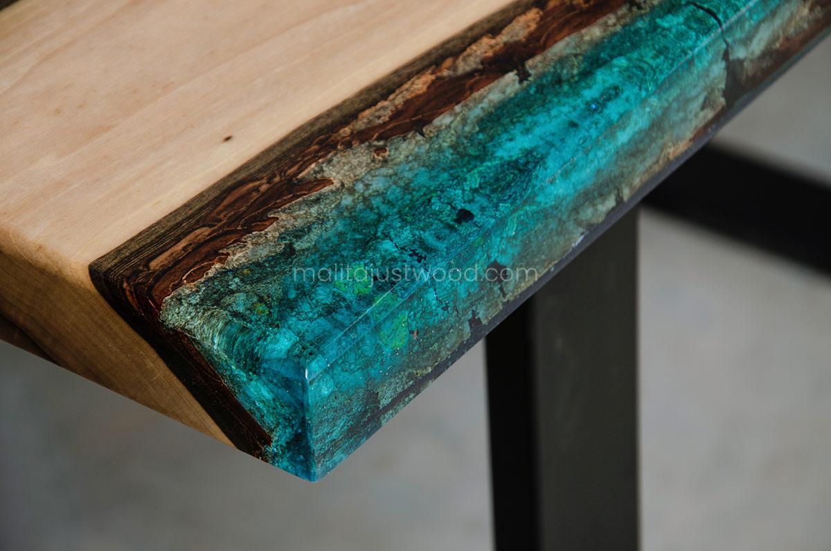 drewniany stolik kawowy Mare z niebieską żywicą