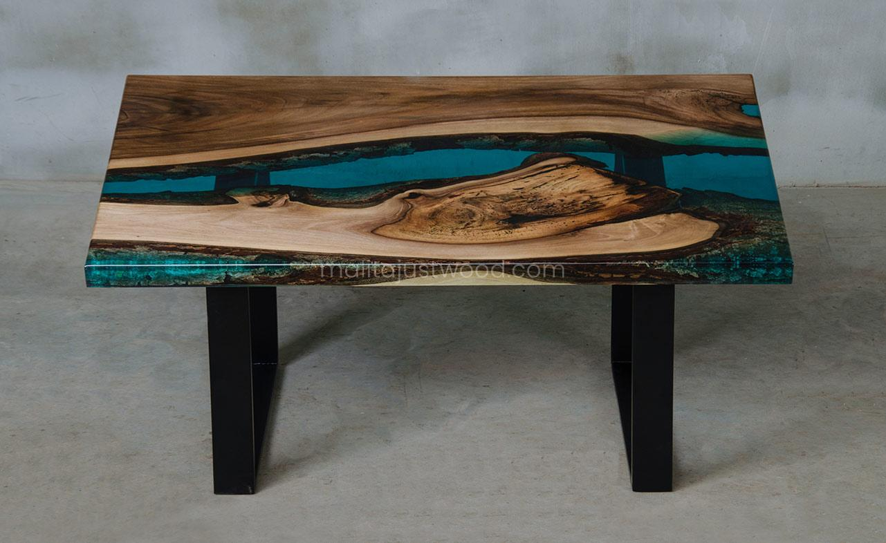 stolik kawowy Mare z drewna orzecha i żywicy epoksydowej
