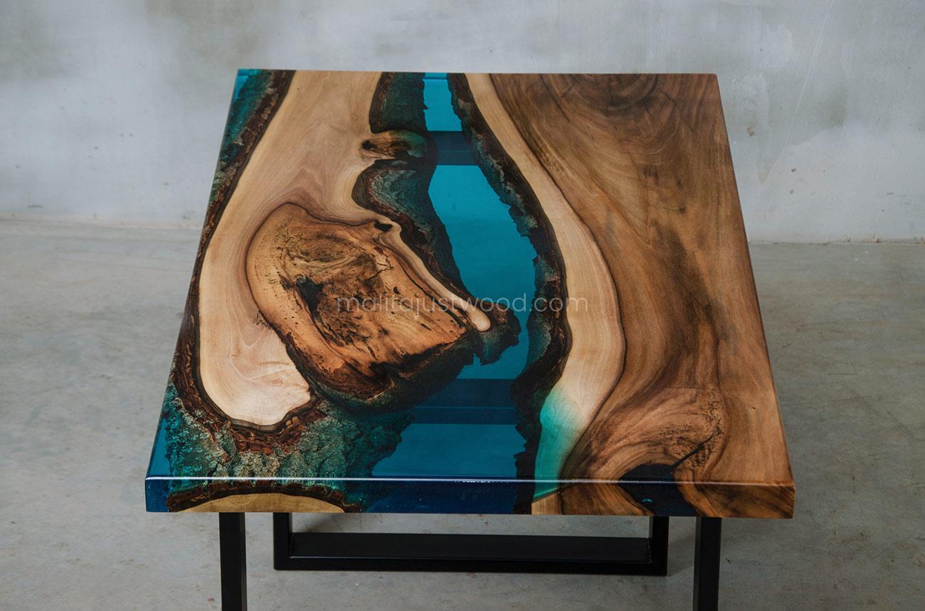 stolik kawowy Mare orzech europejski i niebieska żywica