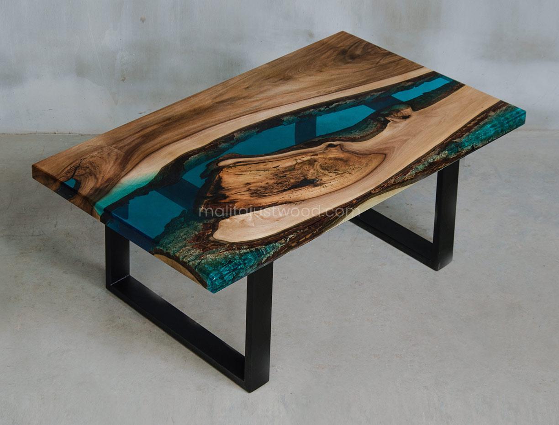 stolik kawowy Mare z niebieską żywicą