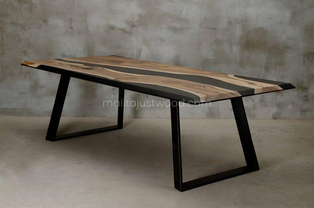 drewniany stół Desidero z żywicą do salonu