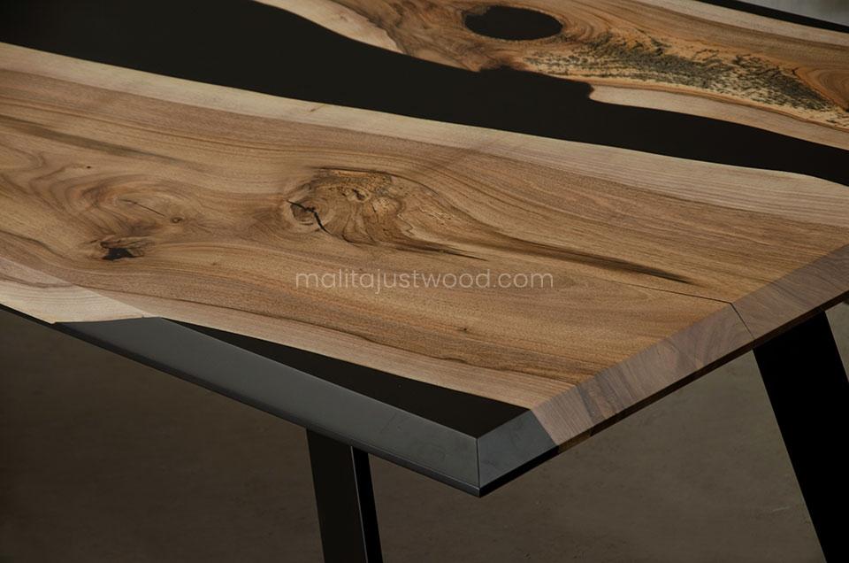 stół Desidero z drewna i czarnej żywicy epoksydowej