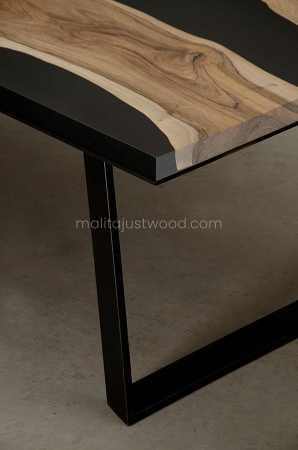 lakierowany drewniany stół Desidero z czarną żywicą