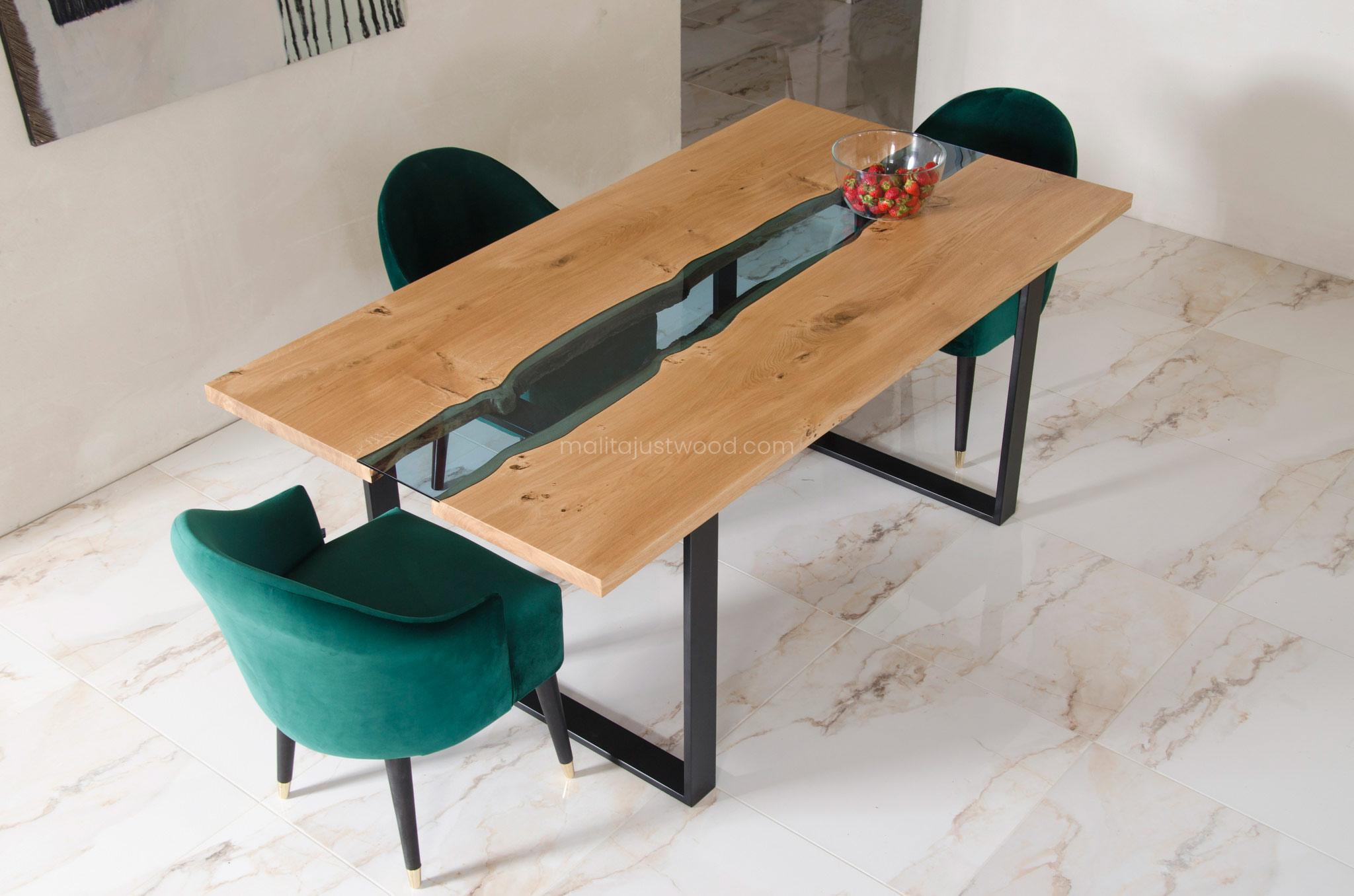 Stół z drewna i szkła
