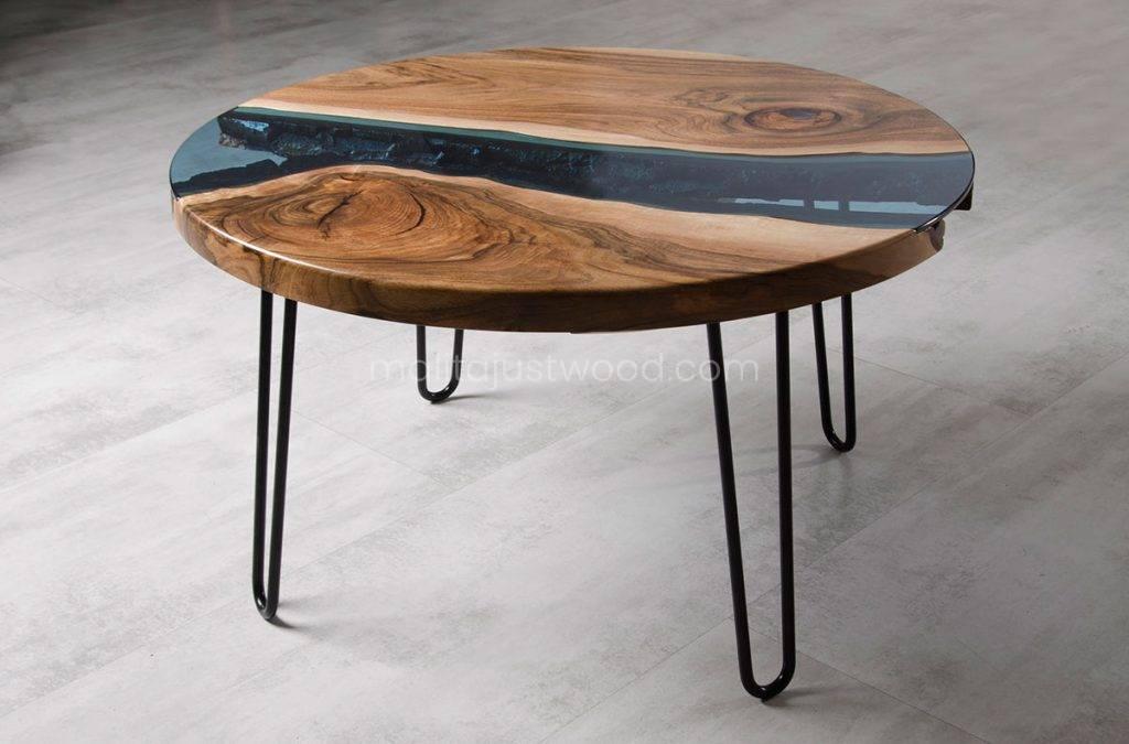 okrągły stolik kawowy Fluvius z drewna i niebieskiego szkła