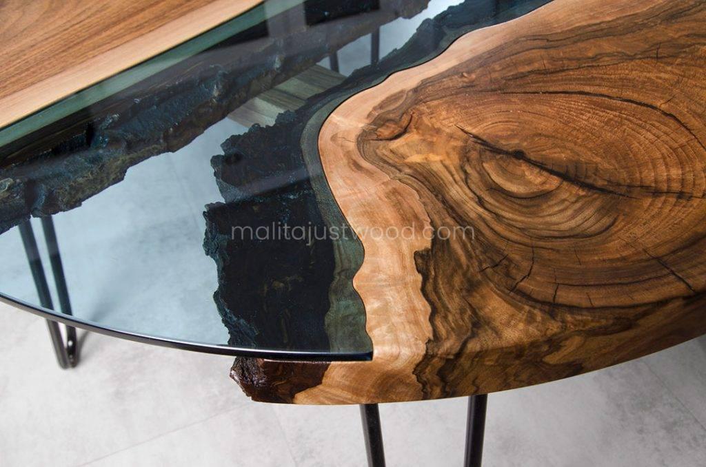 drewniany stolik kawowy Fluvius z drewniany blatem z elementami szkła