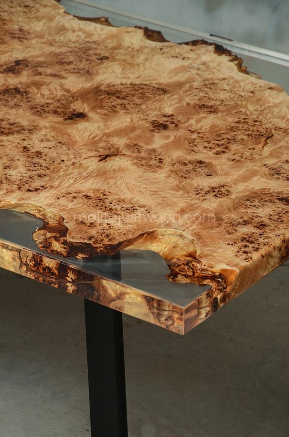 lakierowany stół Gloria ze zdobieniami z żywicy