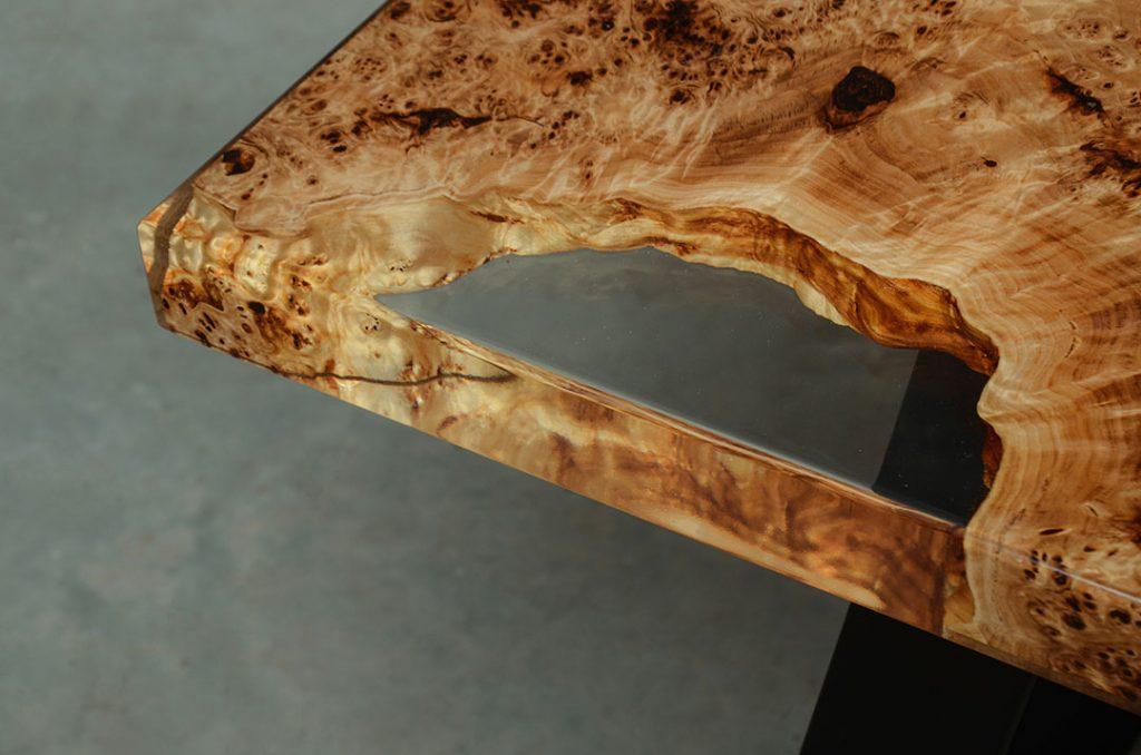 błyszczący stół Gloria z czeczoty topoli i żywicy